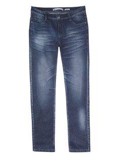 Calça masculina tradicional em jeans com efeito amassado na cor azul marinho em tamanho 036. Calça masculina confeccionada em jeans de algodão. Possui modelagem tradicional, barra reta, bolsos funcionais curvados na parte frontal e bolsos básicos na parte traseira. Detalhe para os efeitos amassado, desgaste de cor e leves puídos. Para looks casuais, combine com suas camisetas favoritas!