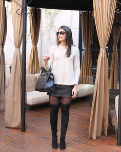 Blog Caca Dorceles. 2016. Meu Look: Bata de Lã com Saia de Couro. Bata Zara + Zara Leather skirt + Luiza Barcelos over the knee boots + Giorgio Armani sunglasses + Schutz bag.