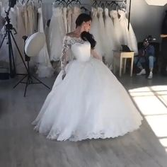 Una dintre cele mai dorite rochii de mireasa stil printesa, modelul Miracle se remarca prin bogatia dantelei speciale dar si prin detalii elegante, cum ar fi frumoasele maneci lungi brodate, sau centura cu cristale swarovski. Dream Wedding Dresses, Designer Wedding Dresses, Wedding Gowns, Wedding Mehndi Designs, Bridal Show, Wedding Images, Bridal Portraits, Dream Dress, Vintage Dresses