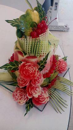 (47) Одноклассники Watermelon Art, Watermelon Carving, Christmas Flower Arrangements, Fruit Arrangements, Fresh Fruit Cake, Fruit Cakes, Deco Fruit, Cocina Light, Amazing Food Art