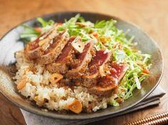 #魚 #マグロ フライパンでサッと焼いたマグロを玉ねぎドレッシングで漬けにし、ガーリックライスの上にのせたもの。見るからに美味しそうなレシピです。