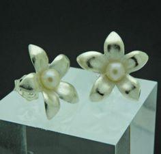 Yasmin Flower Earrings by orfeujoias on Etsy, €39.00