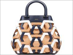 La Petras bag di Bally, si caratterizza per un originale motivo grafico che crea un straordinario effetto 3d. L'intreccio motivo iconico del brand, risalta ancora di più grazie alla sacca interna in seta beige. ( Prezzo 1.695 euro).