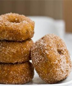 Cinnamon Sugar Pumpkin Spiced Doughnuts - homemade doughnuts that are roughly 155 calories each! Savor every tasty mouthful packed with a distinctive pumpkin flavor and coated in a sugary cinnamon mix. Healthy Treats, Healthy Desserts, Just Desserts, Yummy Treats, Delicious Desserts, Sweet Treats, Dessert Recipes, Yummy Food, Healthy Donuts