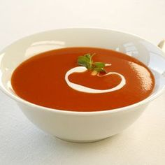 Crema de tomate con queso mozzarella  y albahaca