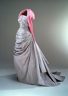 Stropløs hellang selskabskjole fra 1950'erne i silketaft med påsyet sjal med indvævede roser. (Nationalmuseet) Made by Danish tailors and once when Christian Dior himself went to Copenhagen he named this dress 'Miss Dior' because it envoked his aesthetics so much