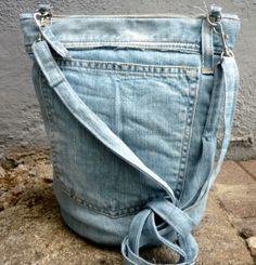 Cross-over tassen | OSCI Tassen Uit de Lost & Found collectie van OSCI atelier gemaakt van oude versleten spijkerbroeken. Hoe duurzaam is dat!