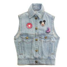 Colete jeans infantil na cor azul claro com bottoms, pins, broches da marca Coleteria ♡ - Coletes femininos e infantis - Coleteria | sempre♡