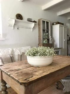 a large bowl of flowers on the kitchen table We want to . - Diy Baby Deko - a large bowl of flowers on the kitchen table We want to … - Cocina Shabby Chic, Shabby Chic Kitchen, Rustic Kitchen, Kitchen Dining, Kitchen Decor, Kitchen Tables, Diy Kitchen, Kitchen Interior, Dining Area