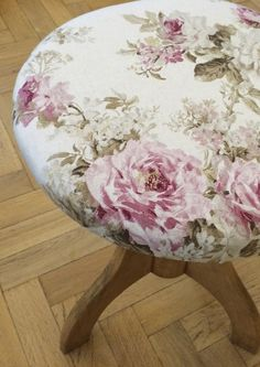 Vecchio sgabello da pianoforte in legno di pero. Seduta in tessuto di lino con rose di Leroy Merlin. Progetto e collezione privata di STRA-DE STRATEGIC-DESIGN.