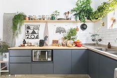 Cozinha tem armários cinza com tampo de pinus e prateleira suspensa com louças e plantas. Kitchen On A Budget, Diy Kitchen, Kitchen Decor, Kitchen Plants, Unique Home Decor, Diy Home Decor, Hub Home, Cocina Diy, Sweet Home