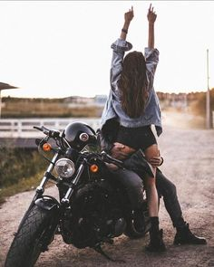 Motorcycle Photo Shoot, Motorcycle Photography, Relationship Goals Pictures, Cute Relationships, Couple Moto, Motorcycle Couple Pictures, Blitz Motorcycles, Biker Photoshoot, Mode Rock