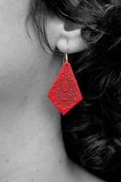 Pendientes de cuero rojo grabados.