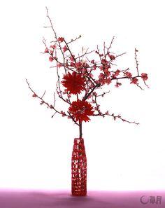 真っ赤なダリアに惹かれて、春を迎える喜びを込めていけました。のびのびと枝をのばすぼけの線と愛らしい花がアクセントです。花材:ぼけ、ダリア 花器:ガラス花器 The attractive bright red dahlia expresses the joyful arrival of spring. The unconstrained soaring lines of Japanese quince and its dear little flowers are the accents. Material:Japanese quince, Dahlia Container:Glass vase  #ikebana #sogetsu