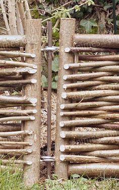 Un système d'oeillets et de tiges sur les bordures permet de les fixer les unes aux autres