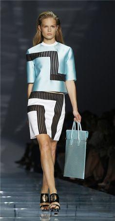 Desfile Versace primavera-verano 2015 en la Semana de la Moda de Milán: vestido colorido
