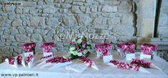 http://www.lemienozze.it/operatori-matrimonio/bomboniere/bomboniere-a-roma/media/foto/16  Coni portariso per il matrimonio in fucsia