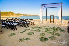 Montaje con sillas avant garde color chocolate y gazebo de bambú, ideal para tu boda en playa. Bahía de Chahué. Bodas Huatulco