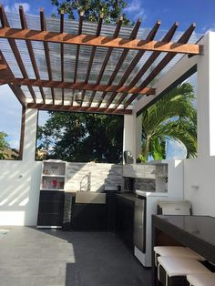Terraced concrete patio and terraced house patio. See examples of terraced backyards and get ideas for your own terracing project. in 2020 Rooftop Terrace Design, Rooftop Patio, Outdoor Pergola, Terraced Patio Ideas, Terraced Backyard, Terraced House, Backyard Patio Designs, Backyard Landscaping, Design Barbecue
