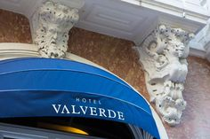 Located right in the middle of Lisbon's upscale Avenida da Liberdade, the 5-star Valverde boutique hotel features a patio with a small swimming pool.