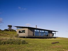 Image 8 of 22 from gallery of Sugar Gum House / Rob Kennon Architects. Courtesy of Rob Kennon Architect Residential Architecture, Architecture Design, Australian Architecture, Building Architecture, Prefab Cabins, Casas Containers, Beach Shack, House Roof, Bungalow