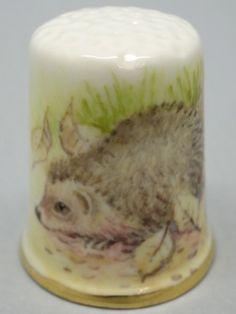 Hedgehogs. Dunheved. Firmado D. Wilson. Thimble-Dedal-Fingerhut.