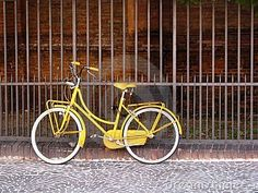 Would love to see a set of engagement pics with the two of you riding a vintage yellow bike together!