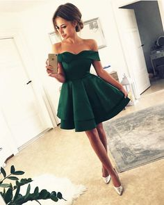 Short Satin V Neck Off-The-Shoulder Homecoming Dresses Emerald-Green-Homecoming-Kleider Green Homecoming Dresses, Grad Dresses Long, Hoco Dresses, Quinceanera Dresses, Ball Dresses, Ball Gowns, Bridesmaid Dresses, Mini Dresses, Wedding Bridesmaids