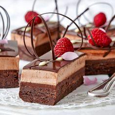 Recept: Chokladtrippel INGREDIENSER Ca 15 st Bottnar 250 g smör, rumsvarmt 1 ¾ dl strösocker 250 g mörk choklad, 54–64 procent 4 ägg 1 dl vetemjöl Ganache 1 (chokladfyllning) 100 g mjölkchoklad 1 d Fancy Desserts, Just Desserts, Delicious Desserts, Sweets Recipes, Cake Recipes, Grandma Cookies, Chocolate Filling, Dessert Decoration, Pie Dessert