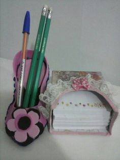 O sapatinho de e.v.a com o porta papel de recadinhos feitos de cx de seletas forrada com lacinhos e renda.