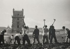 Workers planting the Belém Tower's Garden, photography by Gérard Castello -Lopes, in Lisbon, Portugal. - Workers planting the Belém Tower's Garden,. Maria Jose, Old Pictures, Old Photos, Sea Activities, Henri Cartier Bresson, Vintage Party, Sunny Beach, Back In Time, Old City