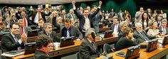 Deputados comemoram aprovação de proposta de redução da maioridade penal
