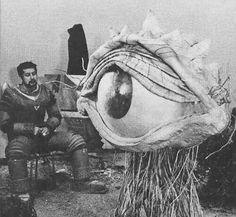 ジャイアントロボ&ガンモンス撮影休憩  Giant Robo(Johnny Sokko & His Flying Robot)suit actors take a break with Ganmonsu(1967 Japan)