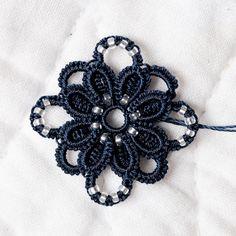 Elsa, alias filOfilie , a eu une idée de génie : réaliser la fleur du bracelet de Corina avec un anneau fendu au centre. Evidemment j'ai vo...