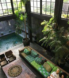 C'est à Bali que je vous entraine le temps d'une terrasse aujourd'hui. Vous venez ? Cet oasis de fraicheur m'enchante . ... Bathroom Interior Design, Modern Interior Design, Interior Design Living Room, Interior Decorating, Decorating Games, Interior Garden, Interior Plants, Diy Interior, Design Bedroom