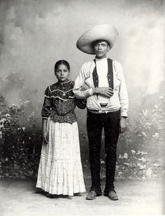 """""""Pareja de pie"""" (c. 1905), foto de Romualdo García antologada en Retratos de mexicanos 1839-1989 (Río de Luz, FCE, 1991)"""
