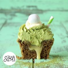 Cupcakes Green tea dessert fans will fall in love with this matcha cupcake filled with white chocolate ganache.Green tea dessert fans will fall in love with this matcha cupcake filled with white chocolate ganache. Green Tea Cupcakes, Matcha Cupcakes, Green Tea Dessert, Milkshake Cupcakes, Fun Cupcakes, Cupcake Cakes, Just Desserts, Delicious Desserts, Yummy Food