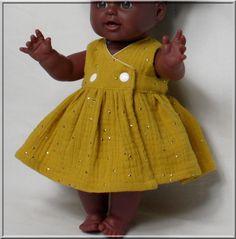 Robe cache-coeur et bloomer pour poupée, poupon 30/34  cm Baby Doll Clothes, Doll Clothes Patterns, Clothing Patterns, Waldorf Dolls, Bjd Dolls, Kids Decor, Barbie, American Girl, Flower Girl Dresses