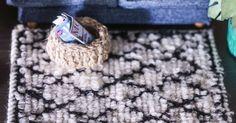 Nukkekodin sisustus täydentyy trendikkäällä villamatolla. Samalla ohjeella valmistuvat erikokoiset ja värikkäätkin matot. Kurkkaa Unelmien Talo&Kodin ohje!