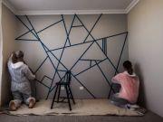 Na stěnu nalepili lepící pásku. Když skončili , výsledek bral dech!
