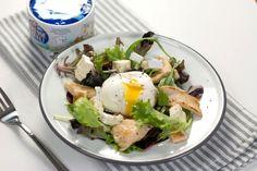 Salade de poulet, œuf poché au Bresse Bleu
