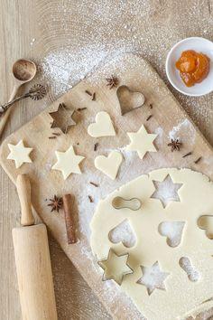 Ein Weihnachten ohne selbstgemachte Plätzchen ist im Weinviertel unvorstellbar. Typisch für die Region sind Spitzbuben, Hausfreunde & Weinbeisser. Dank unserer einfachen Rezepte, kannst du diese leckeren Kekse im Handumdrehen selbst nachbacken. Und das Beste daran: Diese traditionellen Kekse eigenen sich perfekt für das Backen mit Kindern. #kekse, #plätzchen, #weihnachten, #backen © Weinviertel Tourismus / Bartl Gingerbread Cookies, Desserts, Food, Recipes, Berries, Christmas Time, Gingerbread Cupcakes, Tailgate Desserts, Deserts
