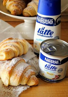 Croissants briochés au lait concentré sucré - cornetti di brioche al latte condensato Mini Desserts, Delicious Desserts, Dessert Recipes, Yummy Food, Croissant Brioche, My Favorite Food, Favorite Recipes, Sweet Buns, Best Banana Bread