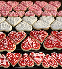 Valentine Heart Iced Gingerbread Cookies Tutorial. Aren't these gorgeous?! They would be perfect to put into decorated cellophane bags (http://pinterest.com/pin/130182245450725370/) (Jan'13) #cookies, #Valentine's_Day
