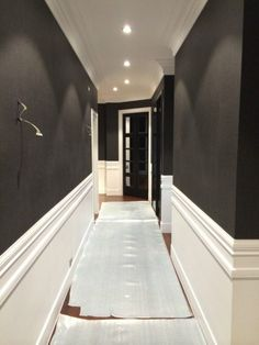 white lacquered frieze and wallpaper on the walls «Farto Painting and decorations . Narrow Hallway Decorating, Stairway Decorating, Arden Homes, Camden House, Studio Apartment Layout, Wainscoting Panels, Door Molding, Dark Walls, Hotel Decor