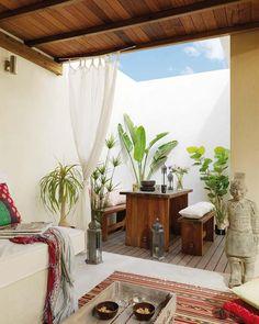 Patio - cortinas blancas, plantas verdes, techo de madera - designer Mireia Pla of Studio Vuong (9)