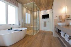 badkamer met houten vloer en witte muren - Google zoeken