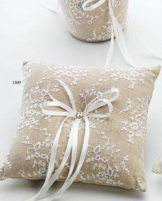 #Cojín para alianzas en tela rústica con flores bordadas