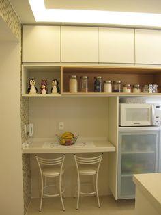 Balcão de cozinha para refeições rápidas Kitchen Interior, Kitchen Decor, Kitchen Dining, Condo Design, Interior Design, Small Galley Kitchens, Simple Kitchen Design, Lunch Room, Little Kitchen