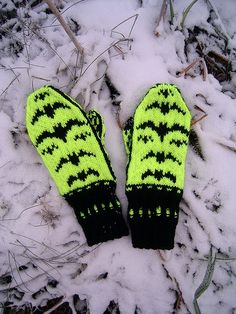 Free Knitting Pattern for Batsy Mittens - Fun mittens with flying bats in stranded colorwork. Designed by Ziina. Available in English and Finnish. Fingerless Gloves Knitted, Crochet Gloves, Knit Mittens, Knitted Hats, Loom Knitting Projects, Knitting Yarn, Knitting Patterns Free, Free Knitting, Free Pattern